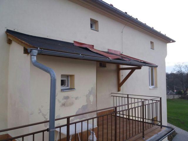 Větrem zničená střecha na faře